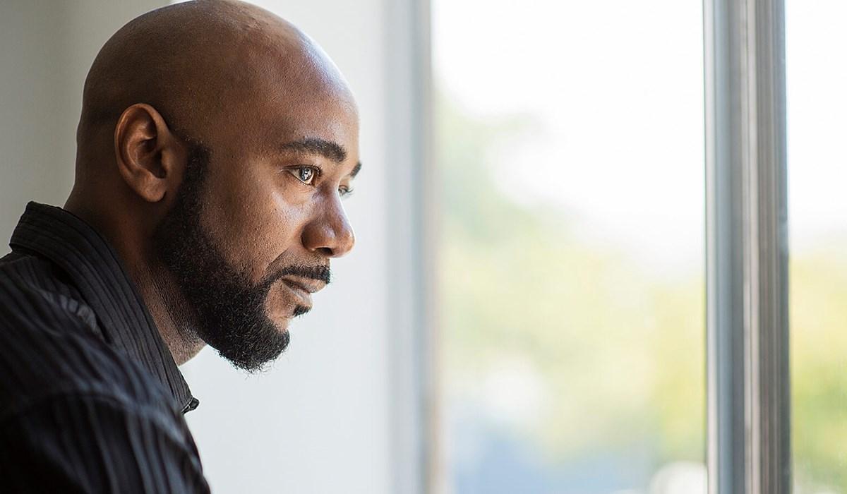 Billede af en mand, der kigger ud ad et vindue